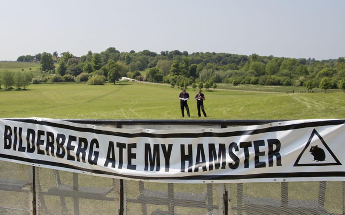 Una pancarta contra la reunión del Grupo Bilderberg en Watford.