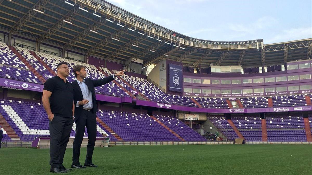 Ronaldo, el nuevo dueño del Valladolid, en el Nuevo José Zorrilla con Carlos Suárez, el anterior propietario y ahora presidente ejecutivo.