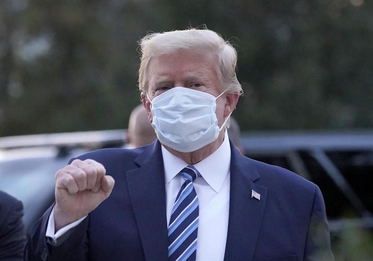 Trump firma el pla de rescat de la pandèmia després de bloquejar-lo durant dies