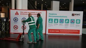 Sucesión de bajas para el Mobile World Congress de Barcelona. En la foto, un cartel donde se enumeran las medidas de higiene en el congreso.