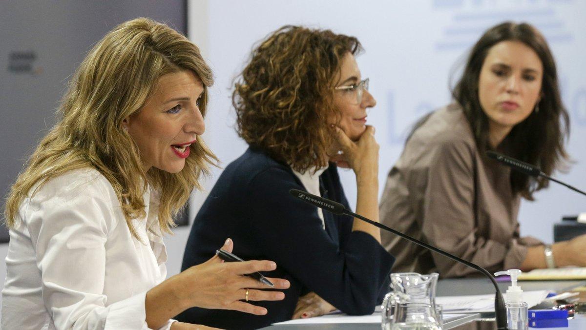 (I-D) La ministra de Trabajo, Yolanda Díaz; la ministra portavoz y de Hacienda, María Jesús Montero; y la ministra de Igualdad, Irene Montero, comparecen en rueda de prensa tras el Consejo de Ministros celebrado en Moncloa, Madrid (España), a 13 de octubre de 2020.