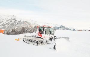 Una máquina pisanieves trabaja para acondicionar las pistas de esquí enVallnord.