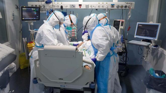 Imagen de archivo de la unidad de curas intensivas del Parc de SalutMar delHospitaldelMar, donde están ingresados enfermos graves por covid-19.