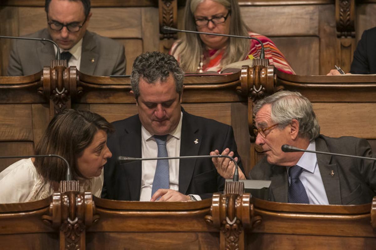 La tinenta d'alcalde d'Economia, Empresa i Ocupació, Sònia Recasens, parla amb l'alcalde Xavier Trias en el ple de l'Ajuntament de Barcelona del passat dia 31, amb el primer tinent d'alcalde Joaquim Forn.
