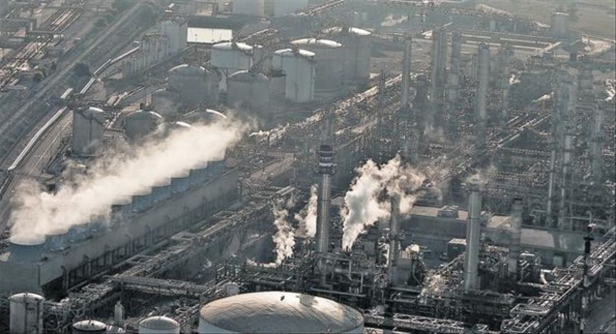 Vista aérea de la petroquímica de Tarragona, consus chimeneas.