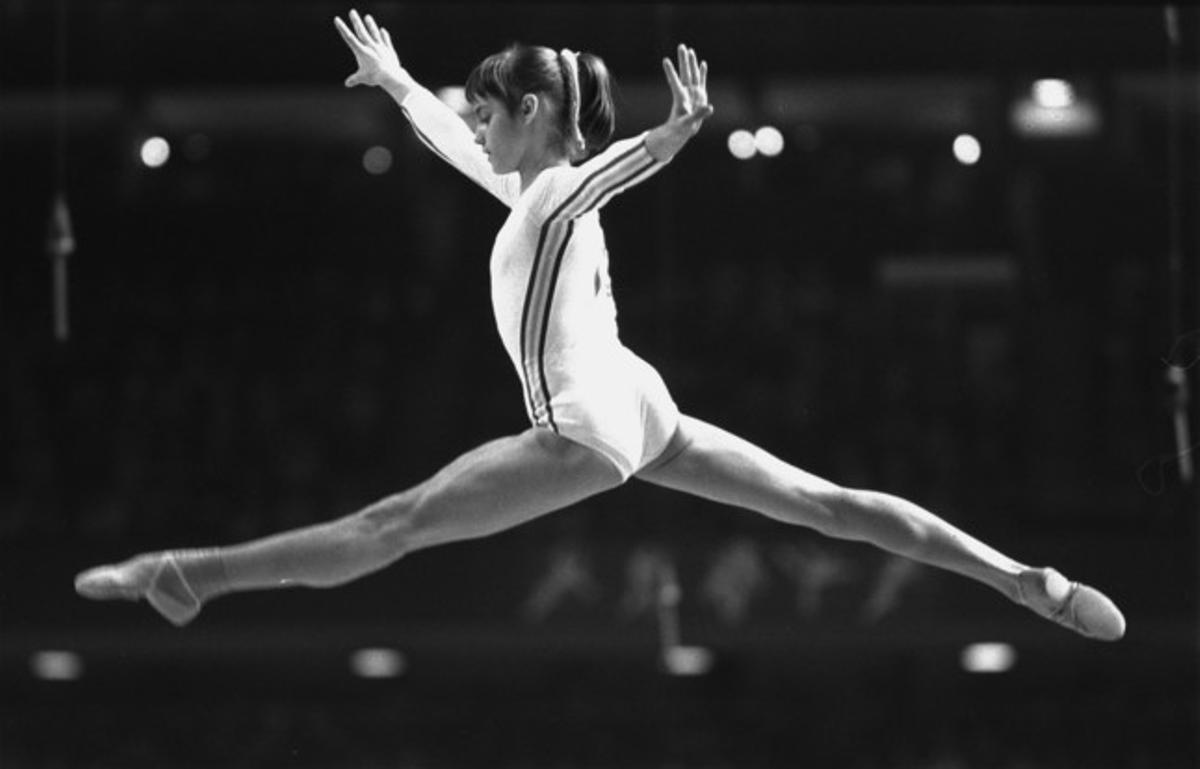 La gimnasta Nadia Comaneci, durante su su ejercicio en barras asimétricas durante los Juegos de Montreal (1976). La deportista rumana fue la primera en obtener una valoración global de 10 puntos.