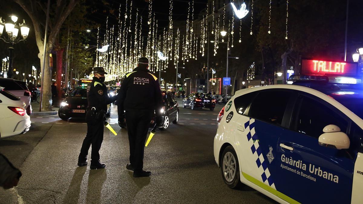 BARCELONA 07 12 2020  Sociedad   Carrers tallat al trafic per afluencia de gent x compres nadal   En la foto paseo de Gracia cortado en la calle diputacio FOTO de ELISENDA PONS