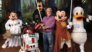 LUCAS Y LA 'TROUPE'DISNEY. En 2012, la compañía compró al cineasta su imperio y la marca 'Star Wars'.