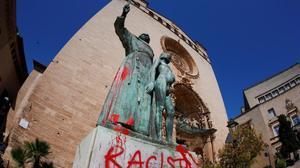 Pintada en la estatua de Fray Junípero Serra en Palma de Mallorca.