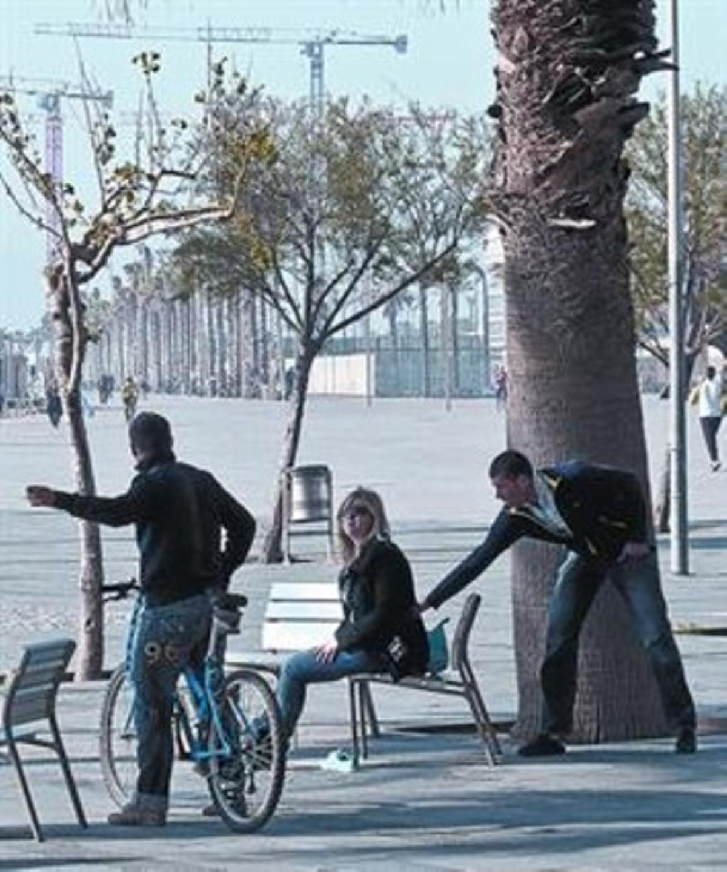 Intento de robo en la plaza del Mar de la Barceloneta, en abril.