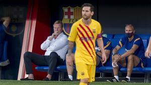 Messi pasa por delante del banquilo de Koeman en el estadi Johan Cruyff.