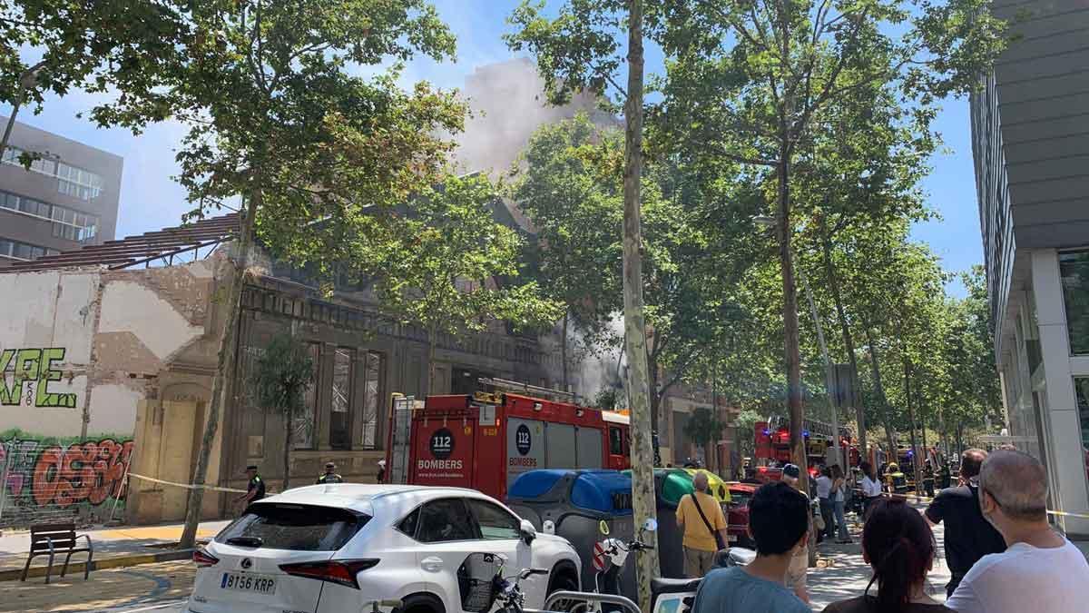 Incendio en la calle de CIutat de Granada, en Poblenou (Barcelona).