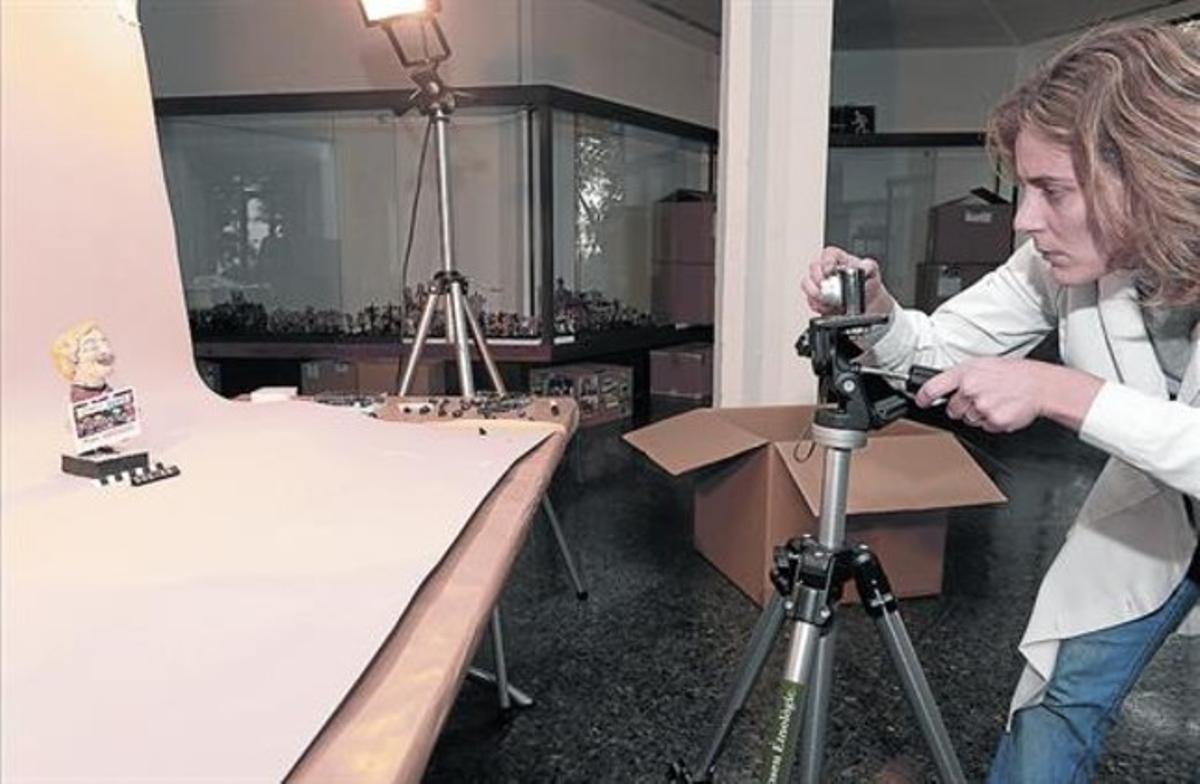 Proceso de catalogación de la figurita de la Grossa Cap d'Any, que se expondrá en el Museu Etnològic.