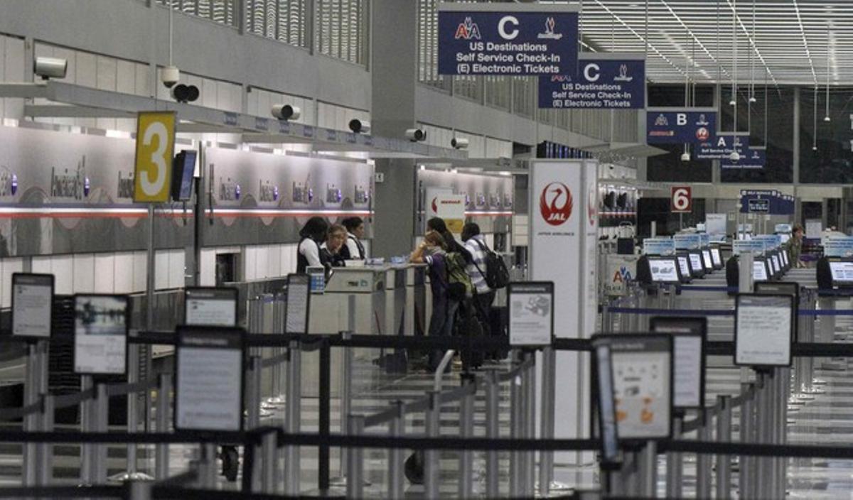 Pasajeros demandan información en el aeropuerto internacional de Chicago.