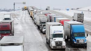 Cientos de camiones bloqueados por el temporal de nieve en una carretera de Texas.