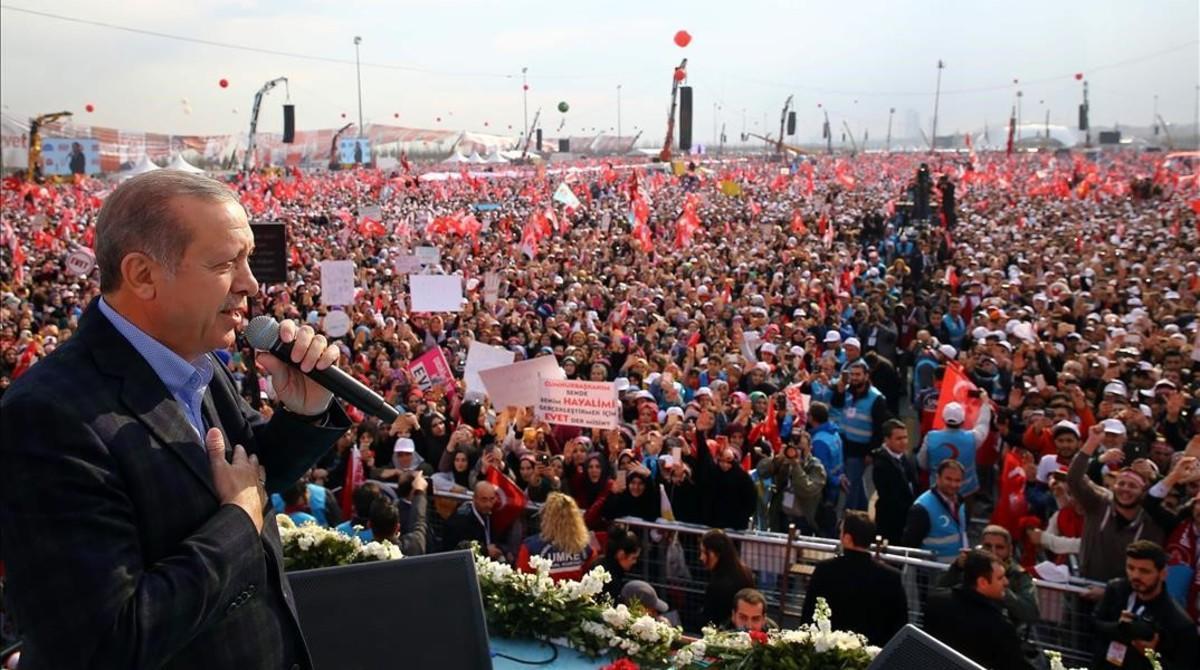 Erdogan, en un acto de campara a favor del 'sí' en la plaza Yenikapi de Estambul.