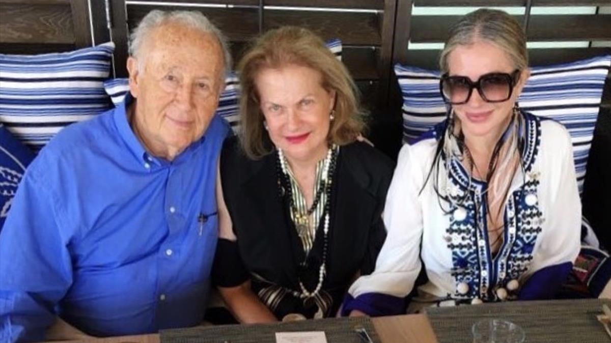 Carmen Blázquez, en el centro, con su marido y su hija.