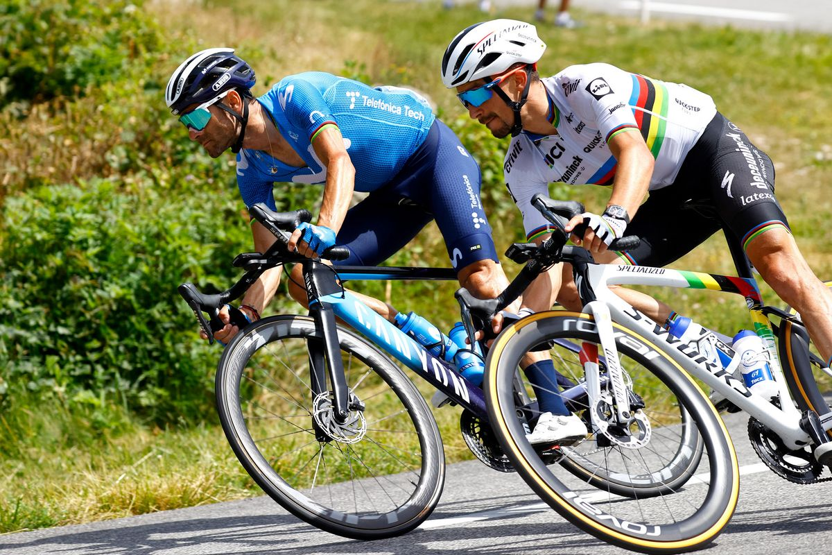 Alejandro Valverde, junto a Julian Alaphilippe, durante la fuga del Tour camino de Andorra.