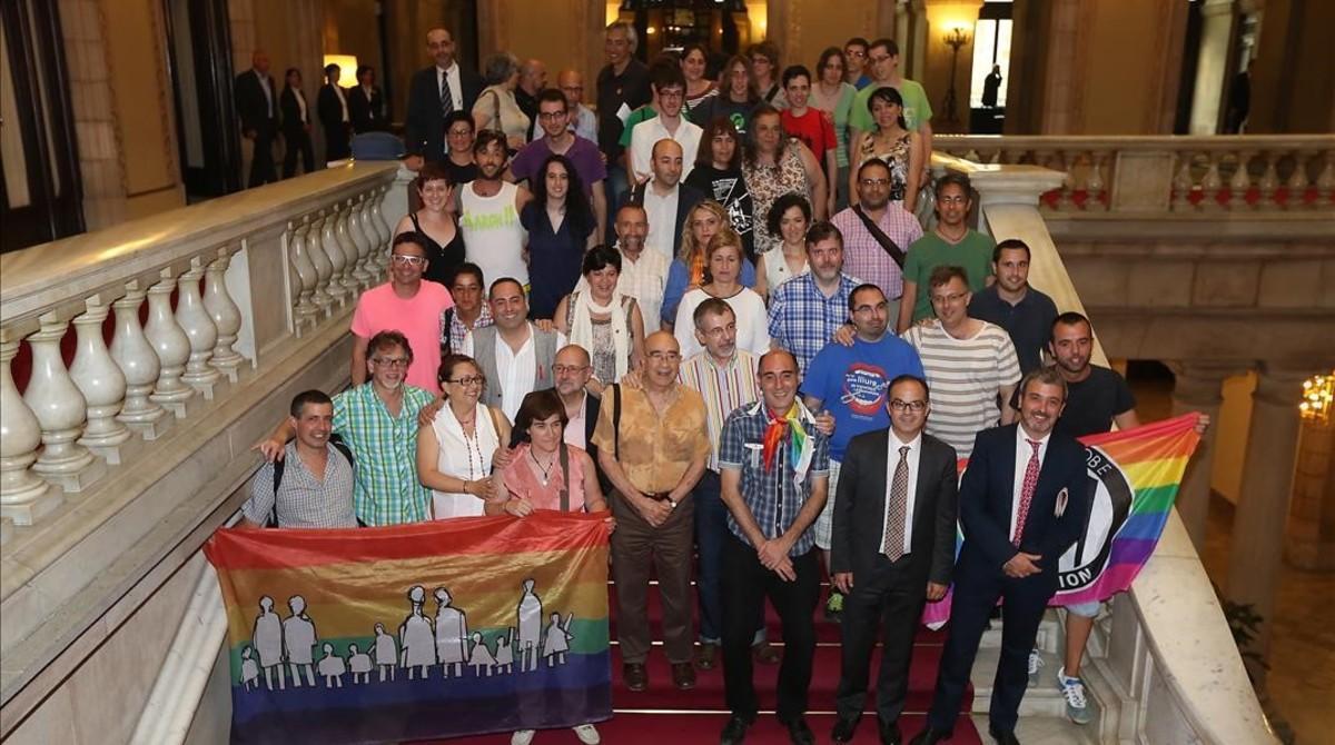 Diferentes colectivos, acompañados de representantes de partidos políticos,celebran en el Parlament la aprobación de la ley antihomofobia.