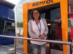 Basi Ramal, madre de Dani Pedrosa, en la puerta del hospitality de Repsol en Montmeló