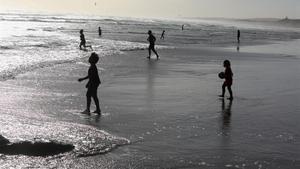 Bañistas en una playa de Nueva Zelanda.