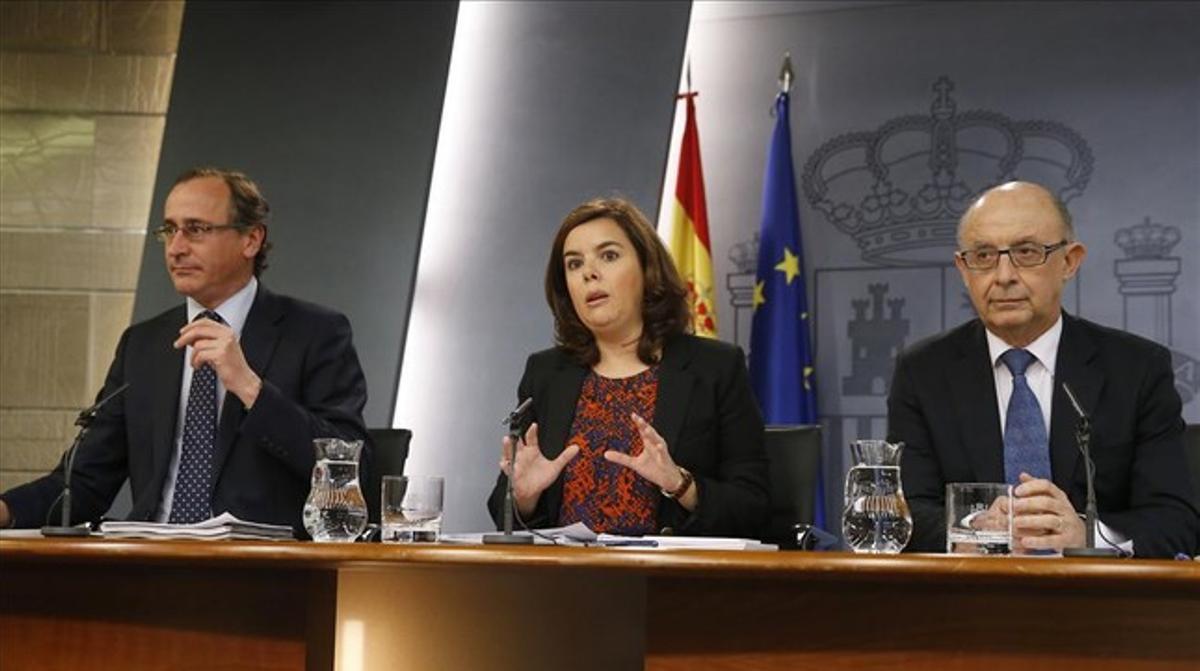 Alfonso Alonso, Soraya Sáenz de Santamaría y Cristóbal Montoro, en la rueda de prensa posterior al Consejo de Ministros.