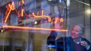 El galerista Joan Gaspar, junto a la firma de Picasso que presenta la exposición de obras del artista en su galería.