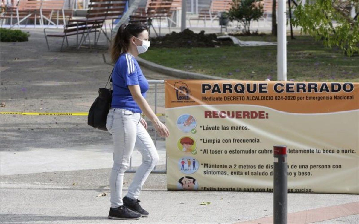 Una mujer camina con mascarilla por el coronavirus en Panamá.