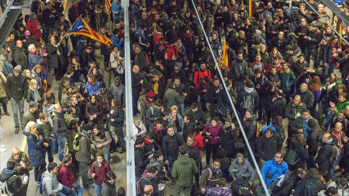 Los manifestantes han accedido a las vías del AVE en Girona.