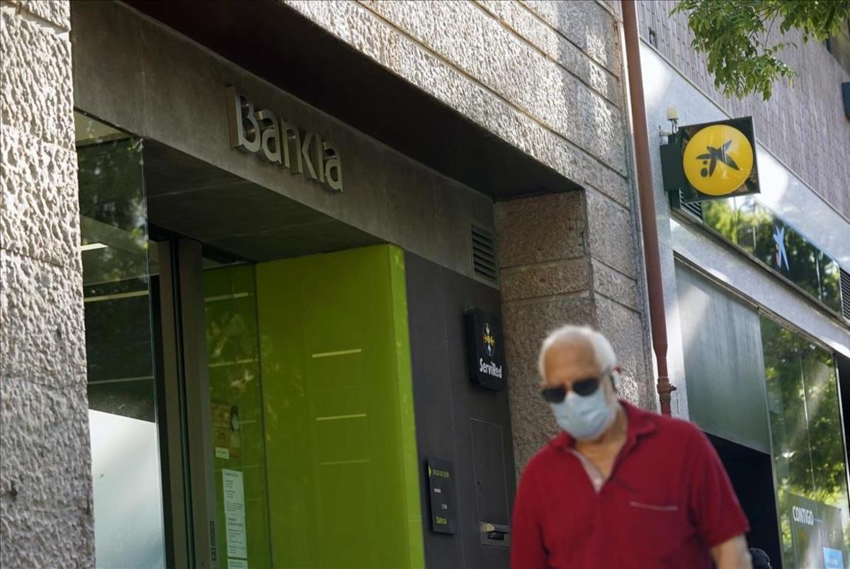 Fachadas de oficinas de Bankia y Caixabanken Madrid.