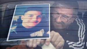 Un familiar cuelga la foto deVill Viorel Paun, una de las víctimas del atentado de Hanau, de 23 años.