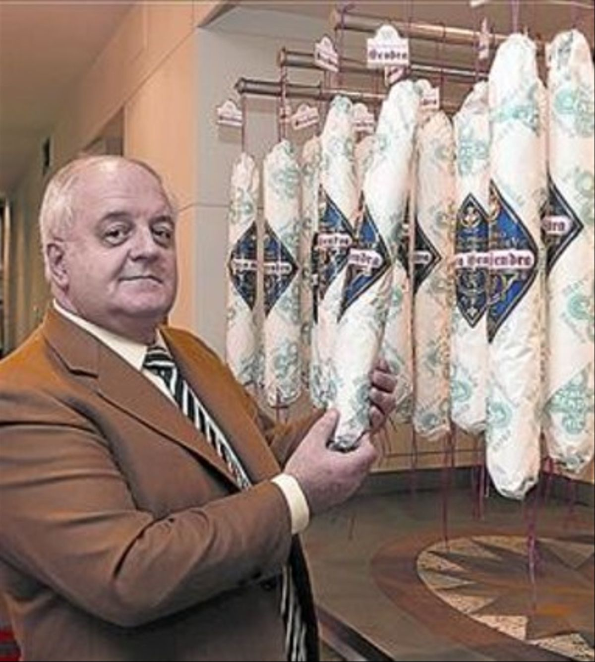 Pau Arboix, propietario de Casa Sendra, sostiene uno de los salchichones que fabrica.