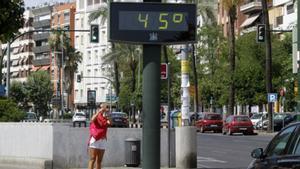 Un termómetro marca 45 grados en Córdoba, en una imagen de archivo.