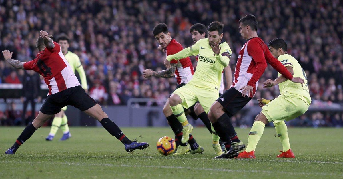 Messi, rodeado de rivales, en San Mamés.
