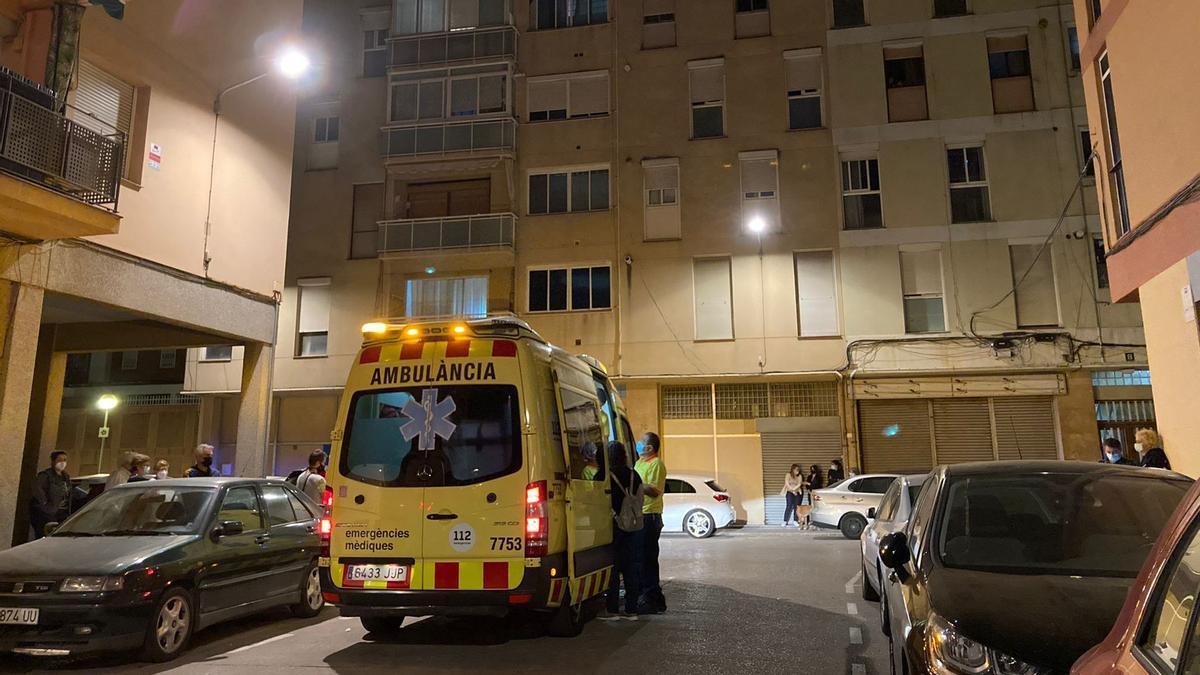 Una ambulancia atiende a familiares conmocionados por la muerte de la menor en Sant Joan Despí
