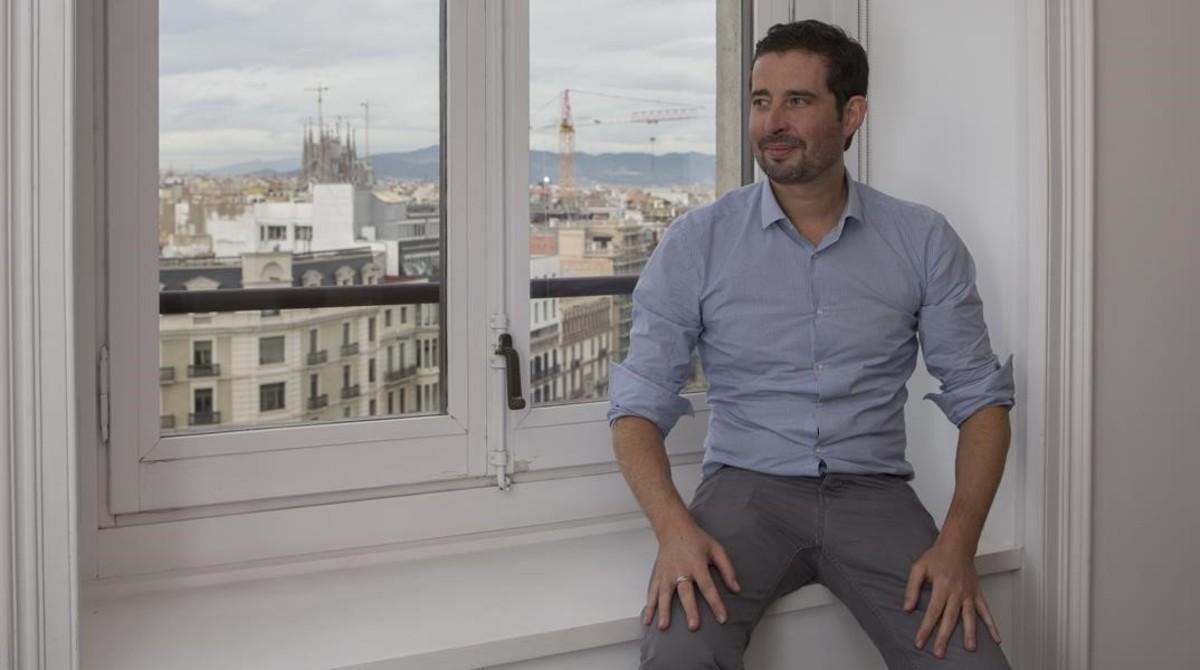 Wass posa en lasede de la compañía en Barcelona.