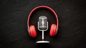 Un micrófono y unos auriculares, objetos relacionados con los 'podcasts'.