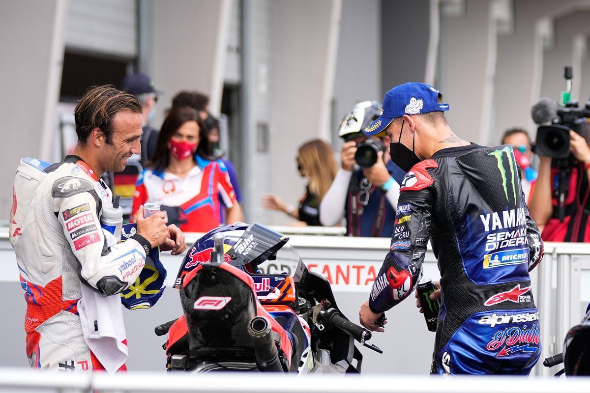 Johann Zarco (Ducati) saluda a su compatriota Fabio Quartararo (Yamaha), hoy, en el corralito de Sachsenring.