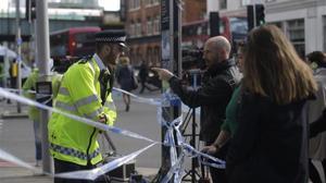 Un policía indica caminos alternativos para sortear la zona del puente de Londres.