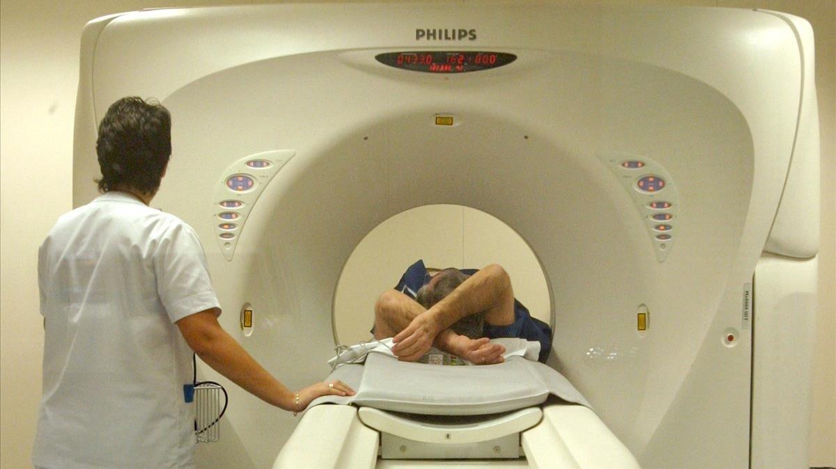 Una paciente recibe un tratamiento en un centro sanitario, en una foto de archivo.