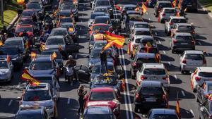 Cientos de coches de simpatizantes de Vox colapsan el centro de Madrid, este lunes.