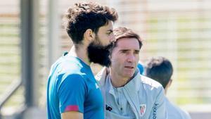 Marcelino García y Asier Villalibre en un entrenamiento del Athletic.