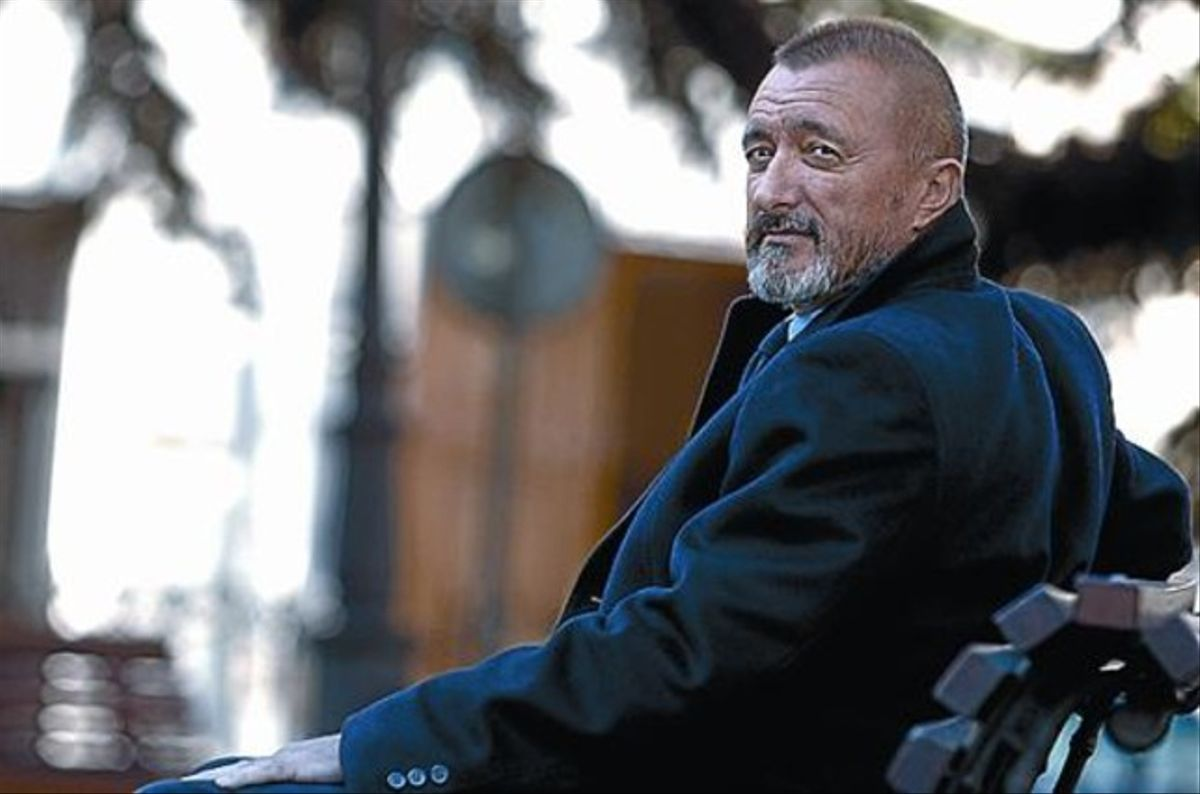 Arturo Pérez Reverte posa, en Madrid, para una entrevista.