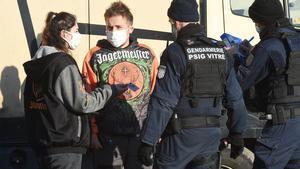Dos gendarmes identifican a dos participantes en la 'rave' de Lieuron, a 40 kilómetros de Rennes.