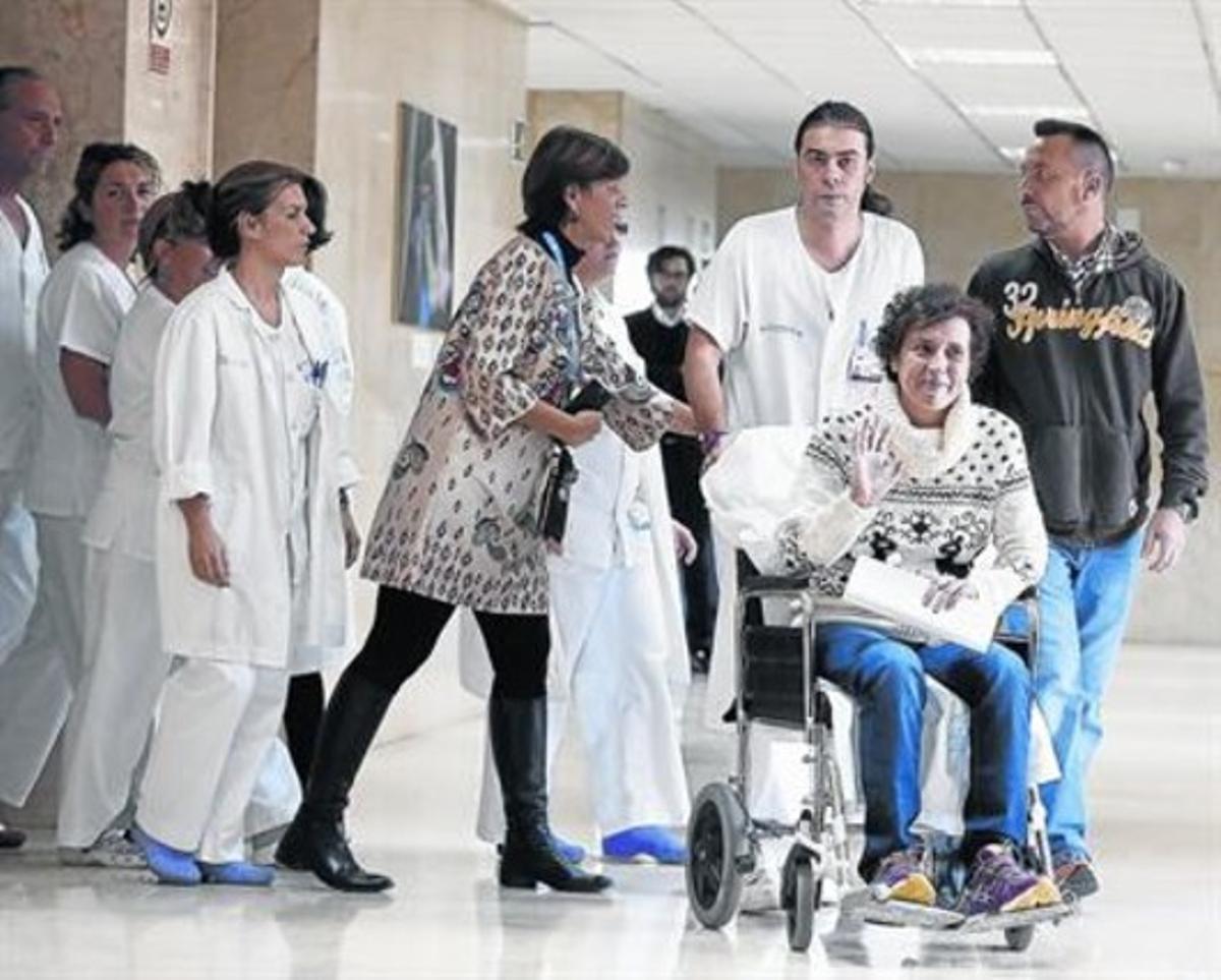 Teresa Romero, su marido y sus compañeros, antes de abandonar el Hospital Carlos III de Madrid. en noviembre del 2014.