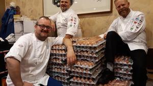 Los cocineros del equipo olímpico noruego con parte de los huevos.