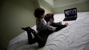 Dos niños hablan con sus abuelos por videollamada en A Coruña.