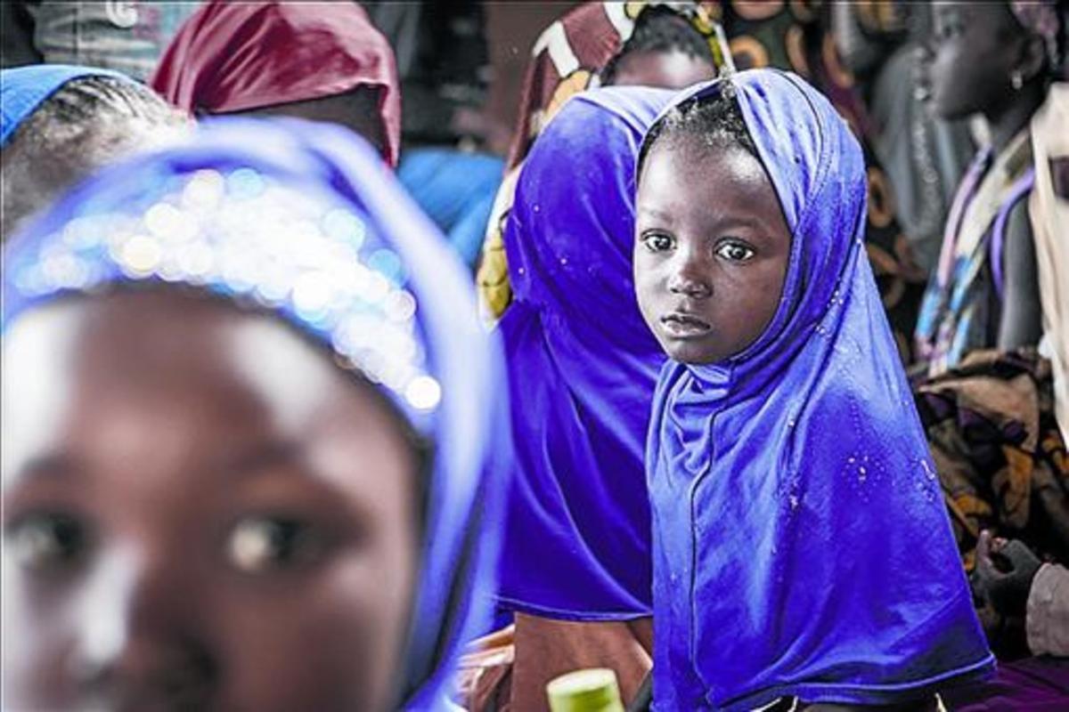 NIÑAS EN LA 'DAARA'. En una 'daara' tradicional solo hay niños. Estas niñas son enviadas unas horas por sus padres para que estudien el Corán.