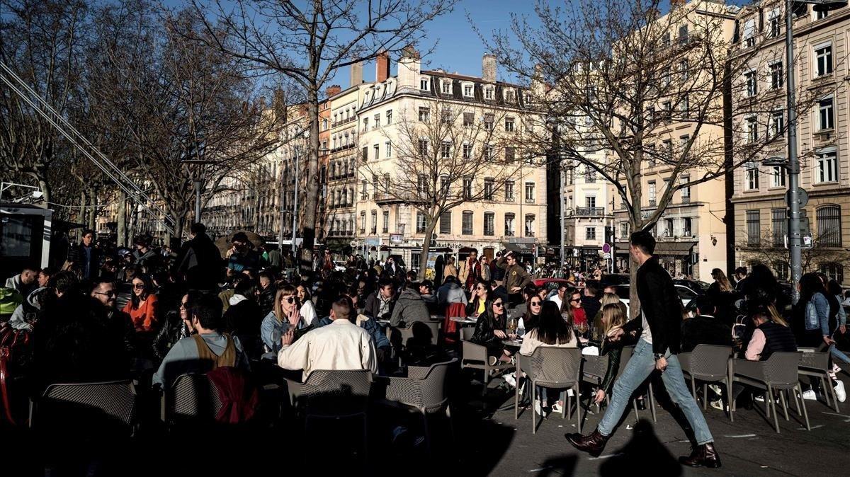 Una terraza del centro de Lyón, el sábado 14 de marzo, antes de que Francia endureciera las restricciones para evitar la expansión del coronavirus.
