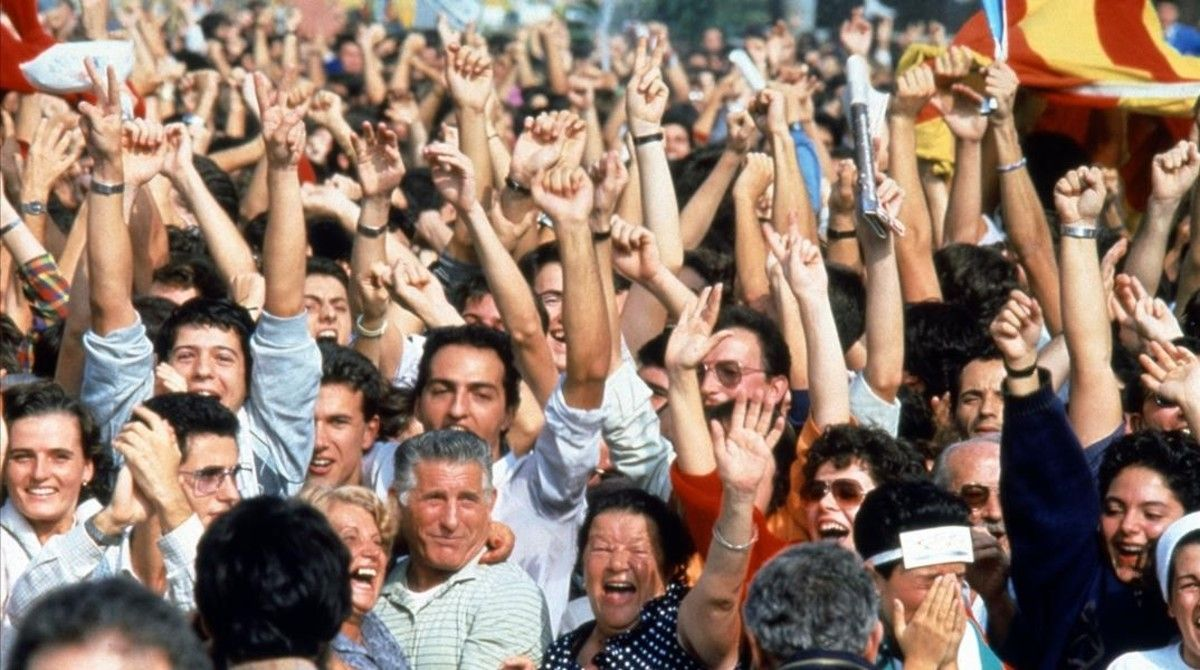 Celebraciópopular a la plaça de Catalunya de la nominacióde la ciutat de Barcelona com aorganitzadora dels JocsOlímpics 1992.